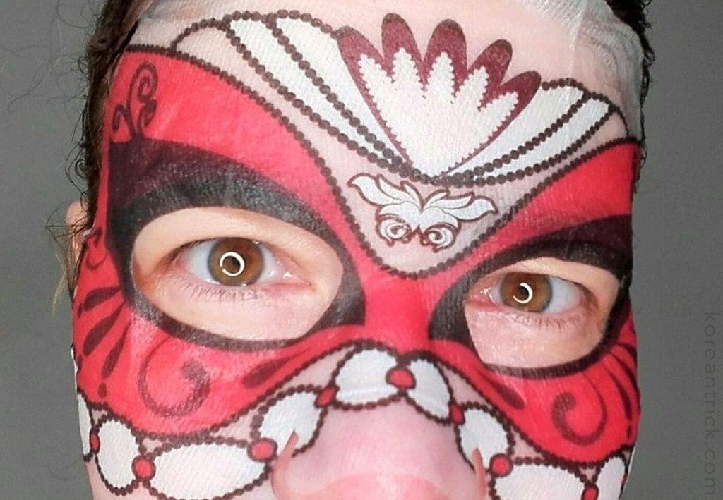 красная маска на лице